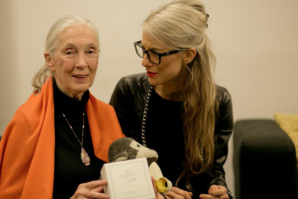 Jane Goodall mit Nussyy Packung